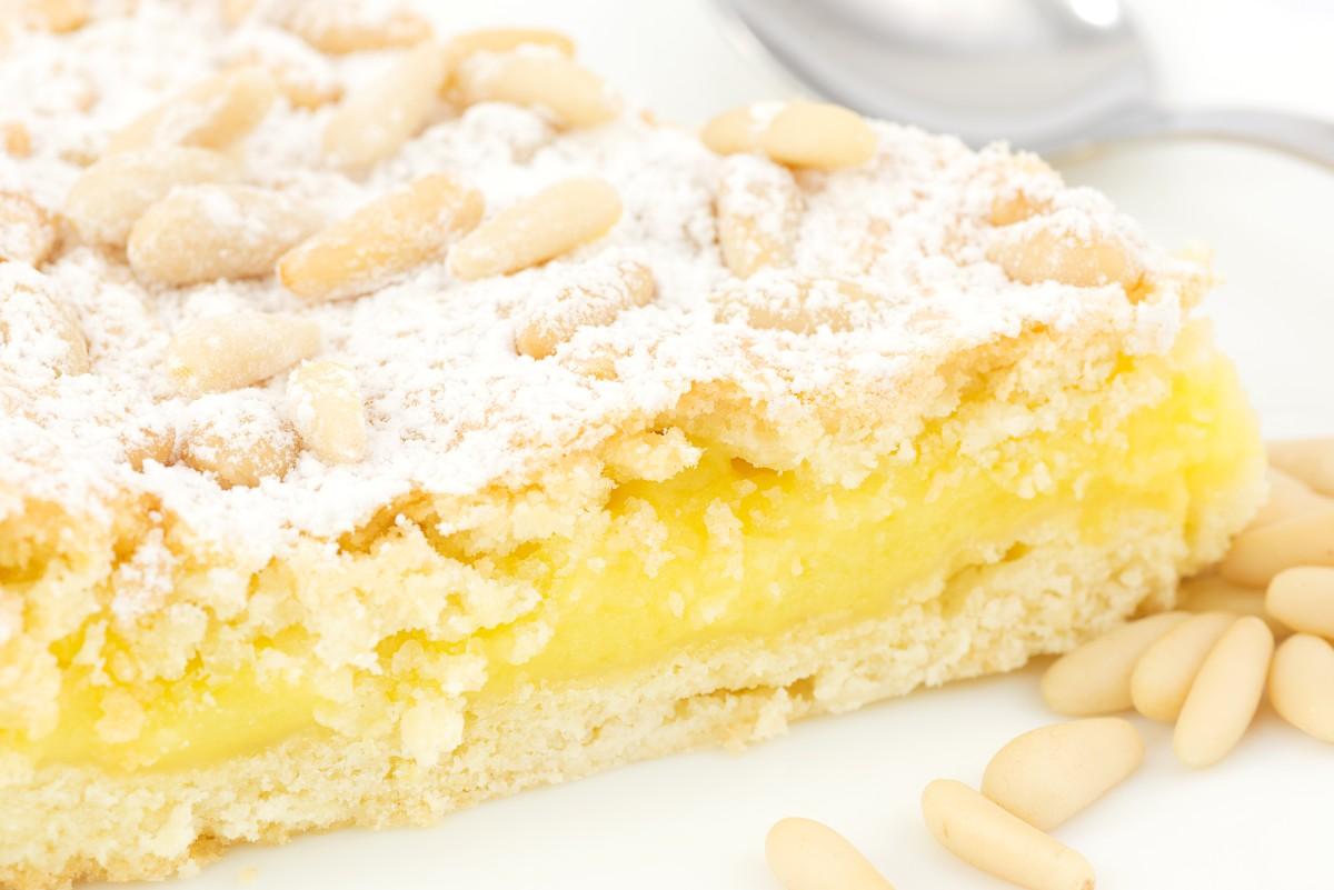 tarta de la abuela con nata y piñones